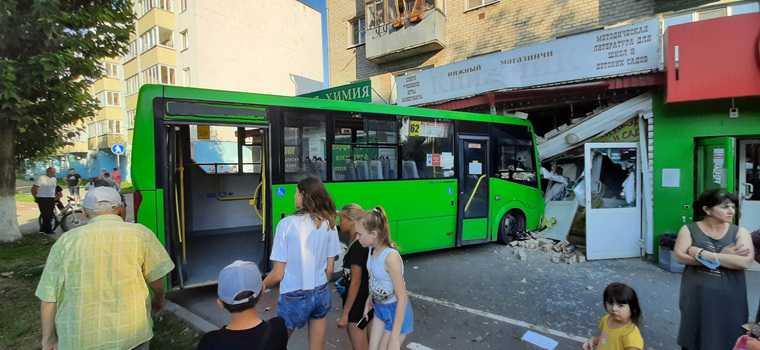 Пассажирский автобус въехал книжный магазин