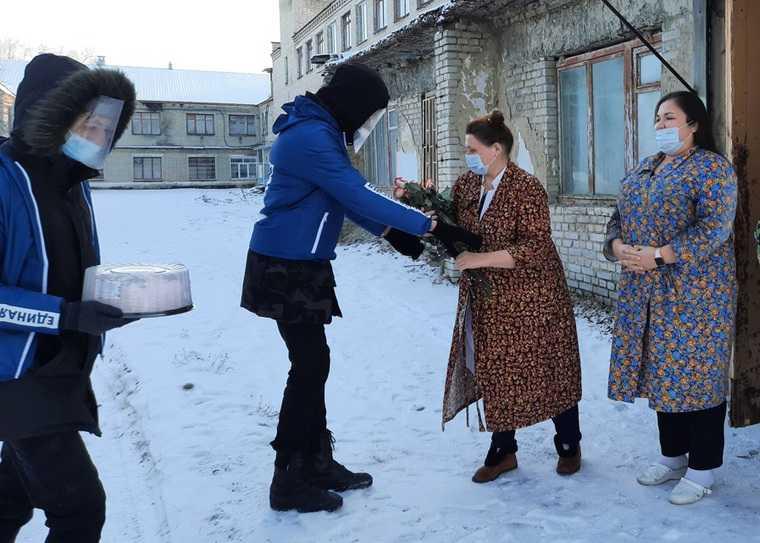 Единороссы отметили день рождения партии и помогли всей стране