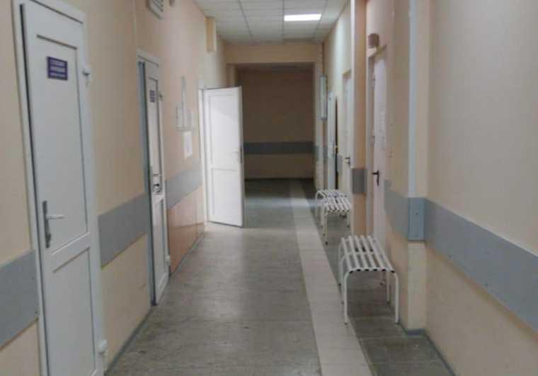 Пациенты свердловской больницы пожаловались, что мимо возят трупы. Оперштаб ответил шокирующим фото