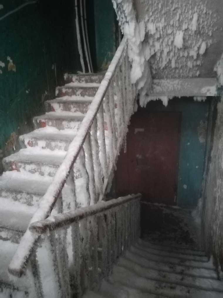 Жители Чебаркуля спорят с властью из-за полуразрушенного дома. Чиновники уверены: в нем можно жить